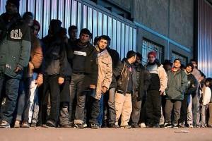 Code-agli-uffici-per-la-richiesta-di-asilo-in-Gran-Bretagna-300x205